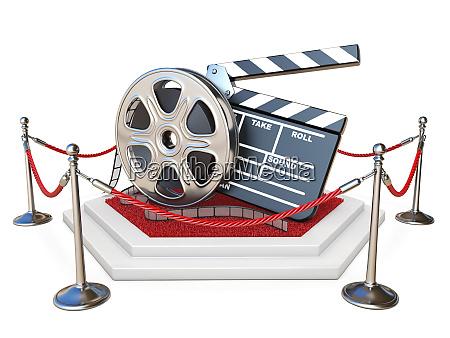 filmrolle und klappbrett auf dem podium