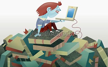 junge mit laptop sitzt auf stapel