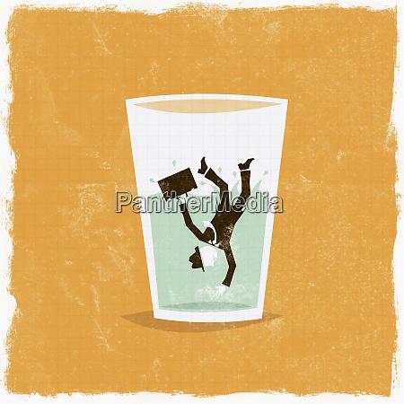 geschaeftsmann faellt in glas wasser