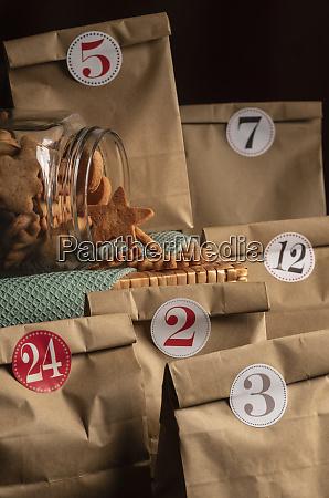 adventskalender papiertueten und kekse