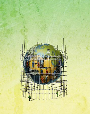arbeiter auf geruesten reparieren globus