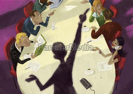 geschaeftsleute die sich im konferenzraum treffen