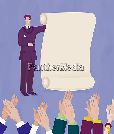 geschaeftsmann praesentiert dokument zum applaudierenden publikum
