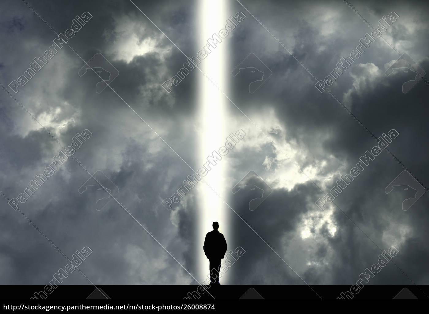 mann, steht, im, lichtschacht - 26008874
