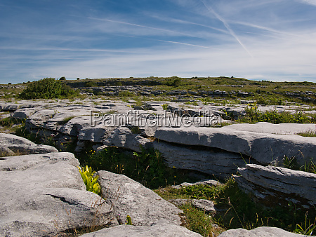 rockige landschaft in irland bei poulnabrone