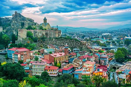 panoramablick auf tiflis georgien nach sonnenuntergang