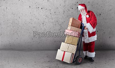 weihnachtsmann mit geschenken lieferwagen und kopierplatz