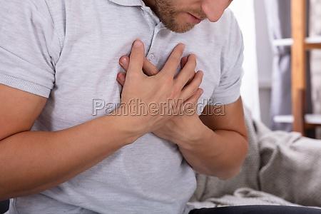 mann erfleckte von brustschmerzen