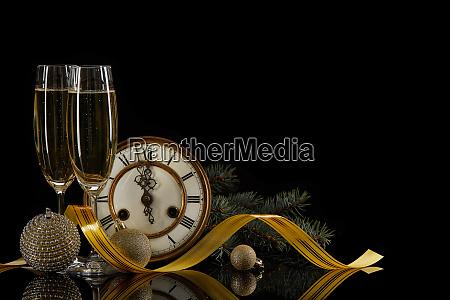 champagner uhr und weihnachtsschmuck