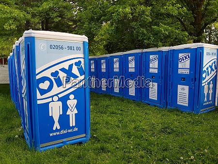 dixi mobile toilette auf einem musikveranstaltungsgelaende