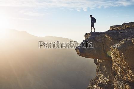 tourist am rand der klippe