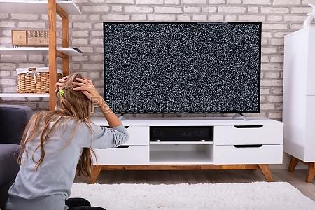maedchen sitzen im fernsehen ohne signal