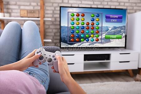 frau spielt videospiel im fernsehen