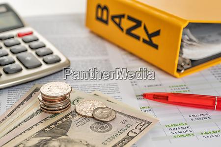 geld mit taschenrechner und kontoauszuegen