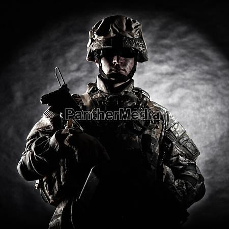 soldat von spezialkraeften mit sturmgewehr