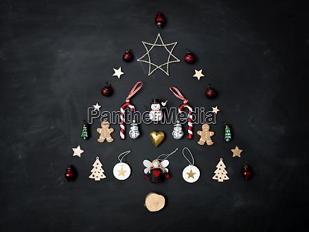 weihnachtsbaum aus verschiedenen weihnachts deko artikeln