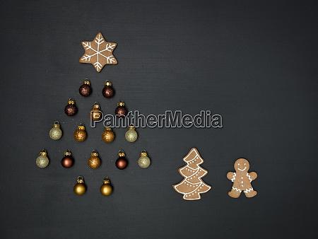 weihnachtsbaum aus verschiedenen weihnachtsde deko artikel