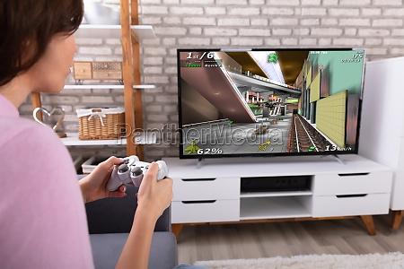frau spielt videospiel mit joystick