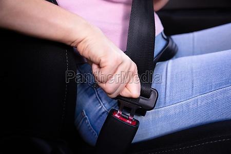 frau verpestete seat in auto