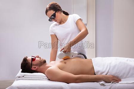 kosmetikerin gibt laser depilation behandlung auf