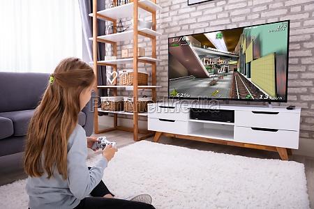 maedchen spielen videospiel im fernsehen