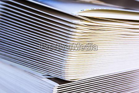 gefaltete stapel von papiersignaturen ausgabe medienwirtschaft