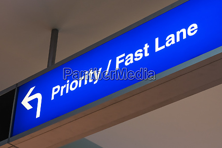 prioritaet fast lane sign airport first