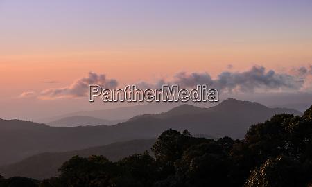 naturlandschaftsansicht des sonnenaufgangs mit bergketten