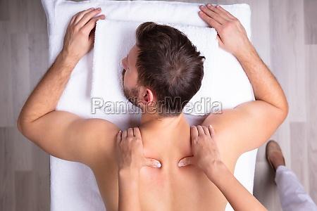mann empfaengt schultermassage