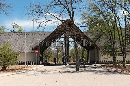 eingangstor im moremi game reserve botswana