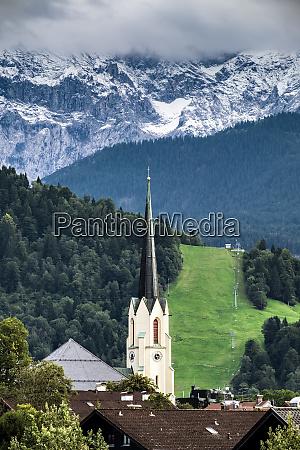 blick auf die kirche garmisch partenkirchen
