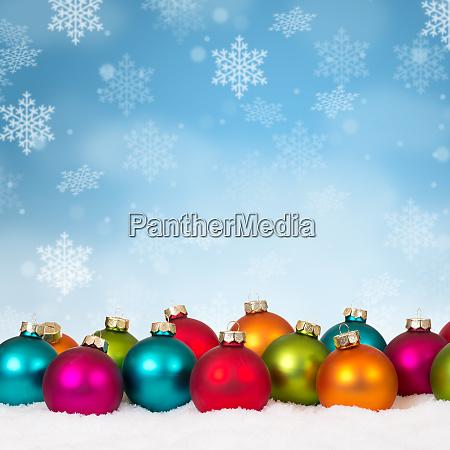 viele bunte weihnachtskugeln baumelt hintergrunddekoration quadratisch