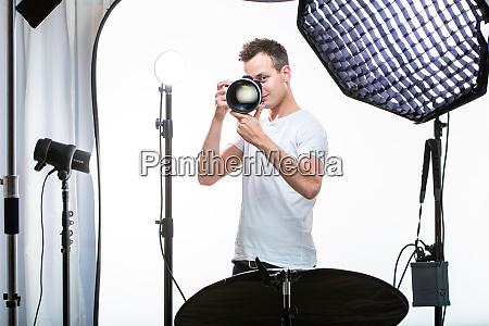 junge profi fotografin mit digitalkamera dslr