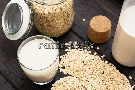 glas vegane milchfreie hafermilch und hafer