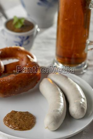 bayerischen weisswurst mit bretzel