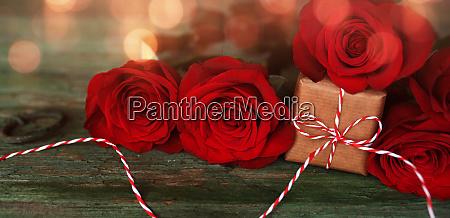 rote rosen mit einem kleinen geschenk