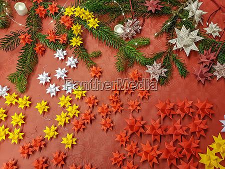 weihnachtlicher hintergrund mit dekorationen und kiefern