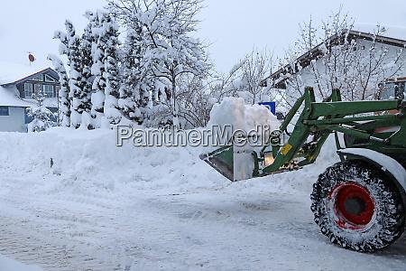 schneeraeumung einer strasse mit einem traktor