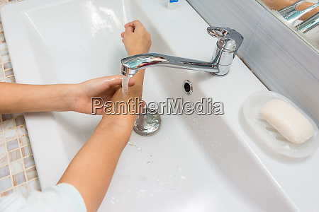 the child washes his hands up