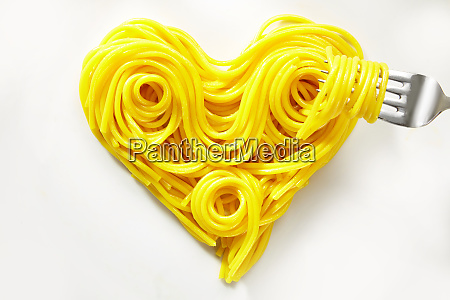 dekoratives herz aus gewickelten gekochten spaghetti