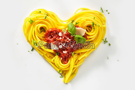 dekorative herzfoermige pasta stillleben