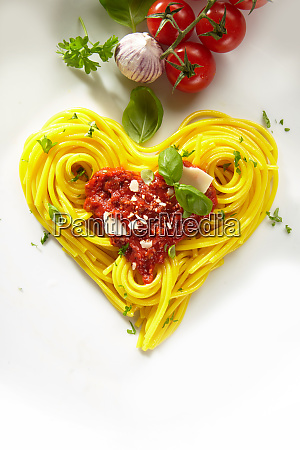 dekorative herzfoermige spaghetti bolognaise