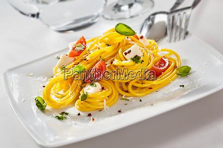 italienische spaghetti pasta mit fetakaese