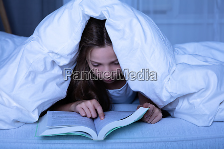 maedchen reading book at night