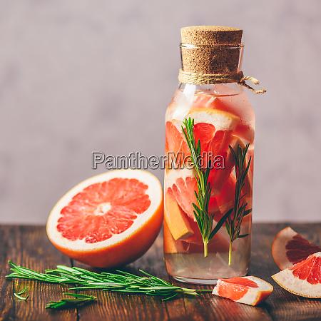 entgiften sie wasser mit grapefruit und