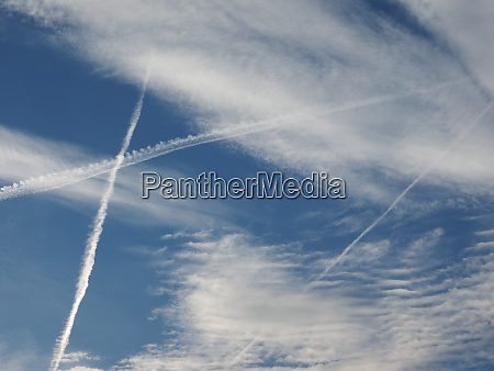 flugzeugwege am himmel