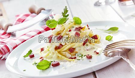 vergoldete italienische spaghetti pasta mit gewuerfeltem