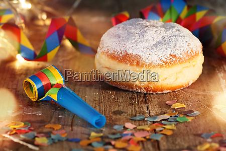 karnevalsfeier mit donut