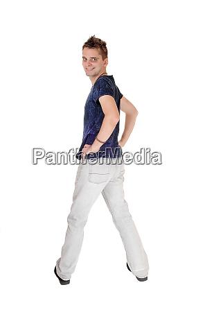 junger mann in jeans von hinten