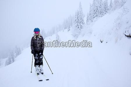 maedchen ist skifahren